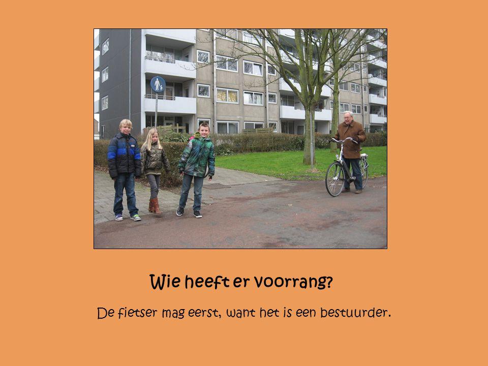 Wie heeft er voorrang De fietser mag eerst, want het is een bestuurder.