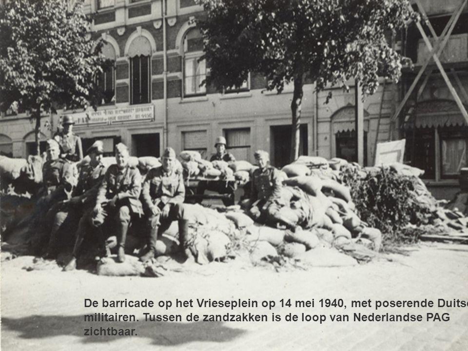 De barricade op het Vrieseplein op 14 mei 1940, met poserende Duitse militairen.