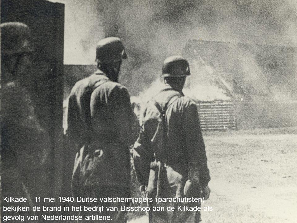 Kilkade - 11 mei 1940 Duitse valschermjagers (parachutisten) bekijken de brand in het bedrijf van Bisschop aan de Kilkade als gevolg van Nederlandse artillerie.