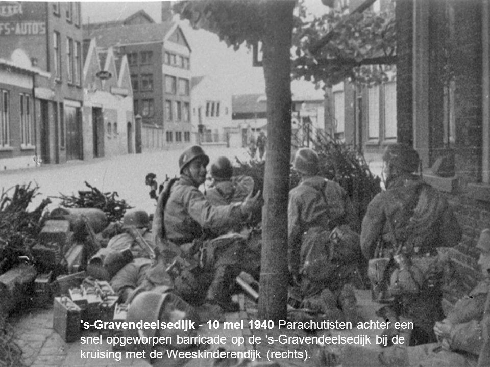 s-Gravendeelsedijk - 10 mei 1940 Parachutisten achter een snel opgeworpen barricade op de s-Gravendeelsedijk bij de kruising met de Weeskinderendijk (rechts).