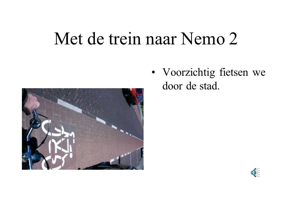 Met de trein naar Nemo 2 Voorzichtig fietsen we door de stad.