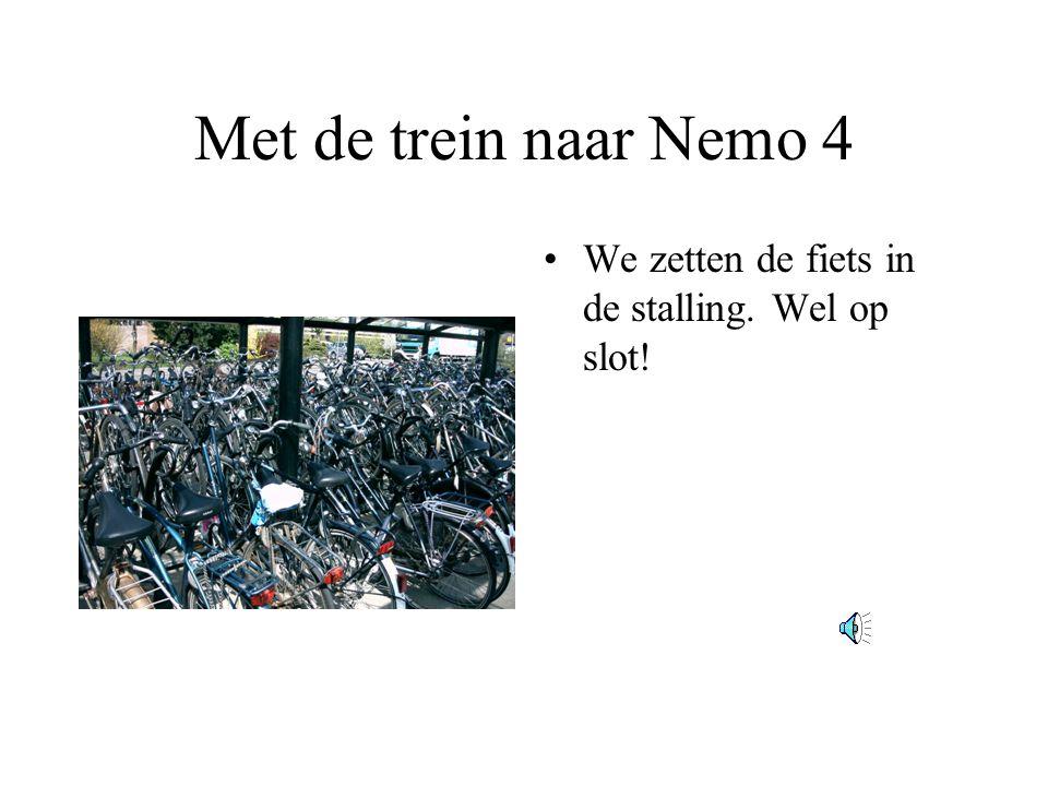 Met de trein naar Nemo 4 We zetten de fiets in de stalling. Wel op slot!
