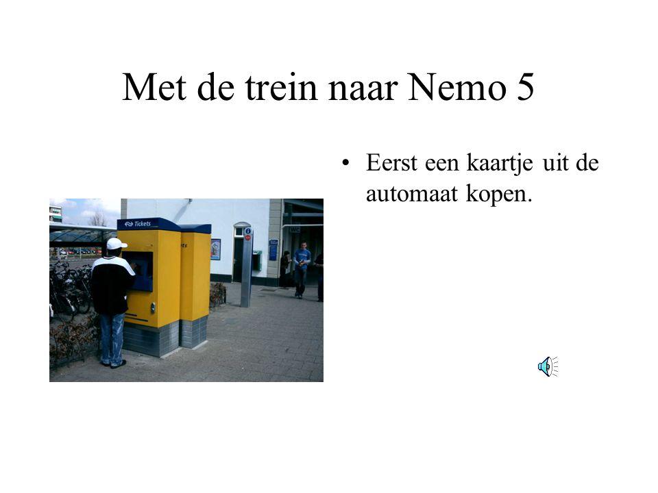 Met de trein naar Nemo 5 Eerst een kaartje uit de automaat kopen.