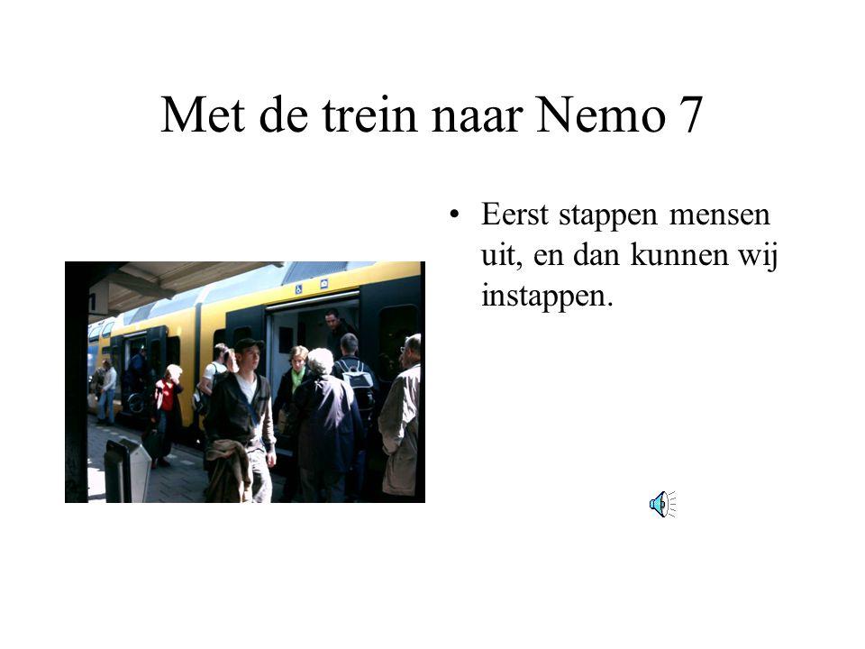 Met de trein naar Nemo 7 Eerst stappen mensen uit, en dan kunnen wij instappen.