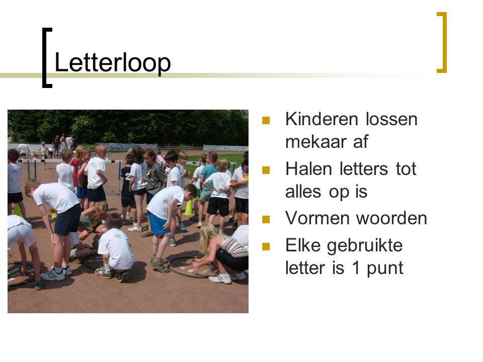 Letterloop Kinderen lossen mekaar af Halen letters tot alles op is