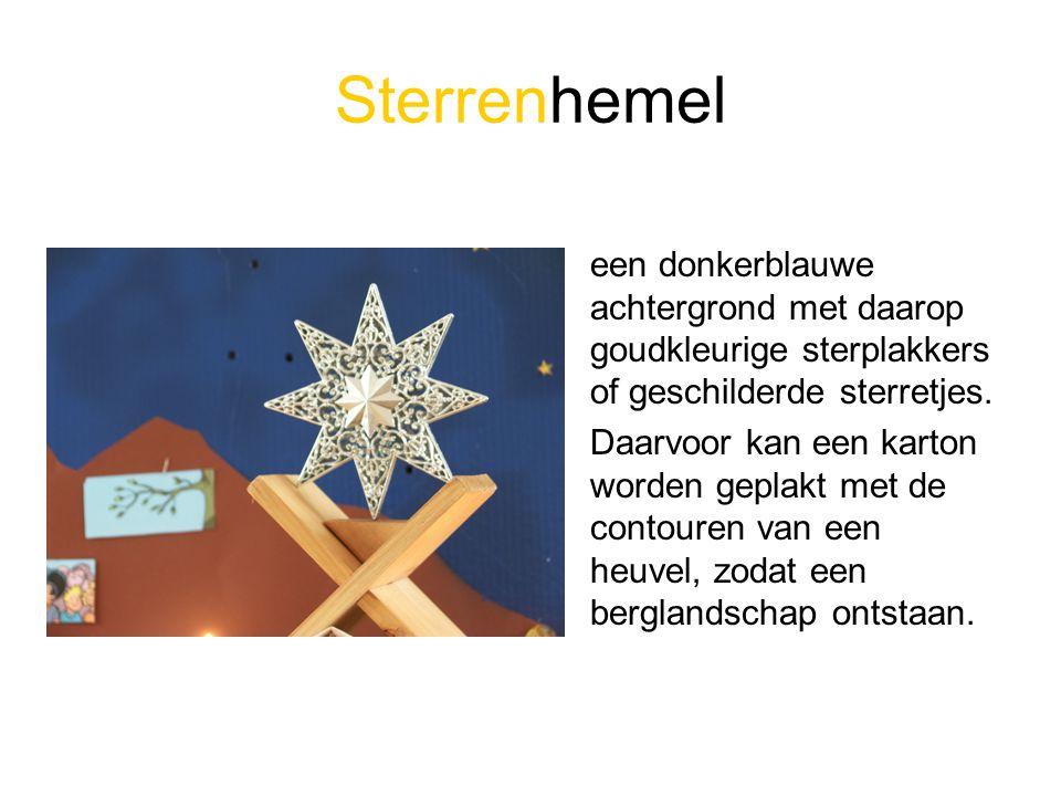 Sterrenhemel een donkerblauwe achtergrond met daarop goudkleurige sterplakkers of geschilderde sterretjes.