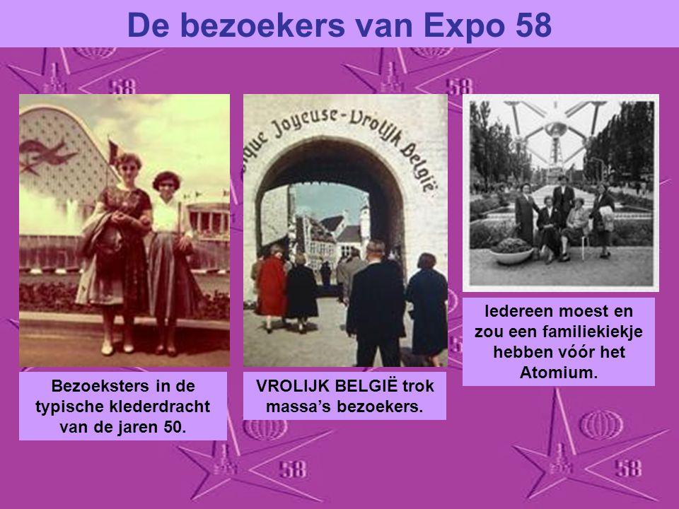De bezoekers van Expo 58 Iedereen moest en zou een familiekiekje hebben vóór het Atomium. Bezoeksters in de typische klederdracht van de jaren 50.