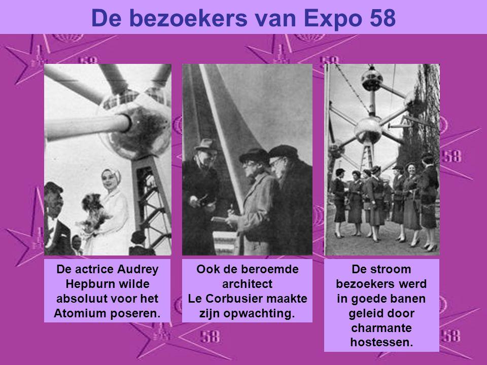 De bezoekers van Expo 58 De actrice Audrey Hepburn wilde absoluut voor het Atomium poseren.