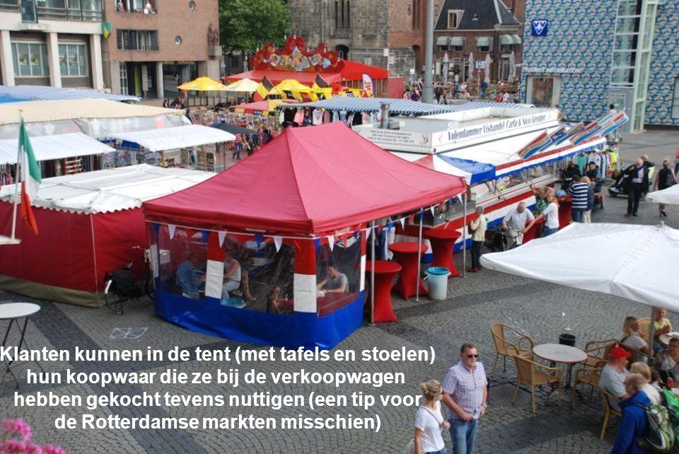 Klanten kunnen in de tent (met tafels en stoelen)