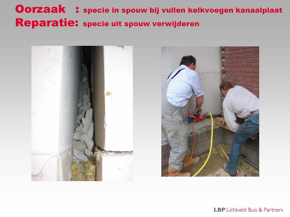 Oorzaak : specie in spouw bij vullen kelkvoegen kanaalplaat Reparatie: specie uit spouw verwijderen