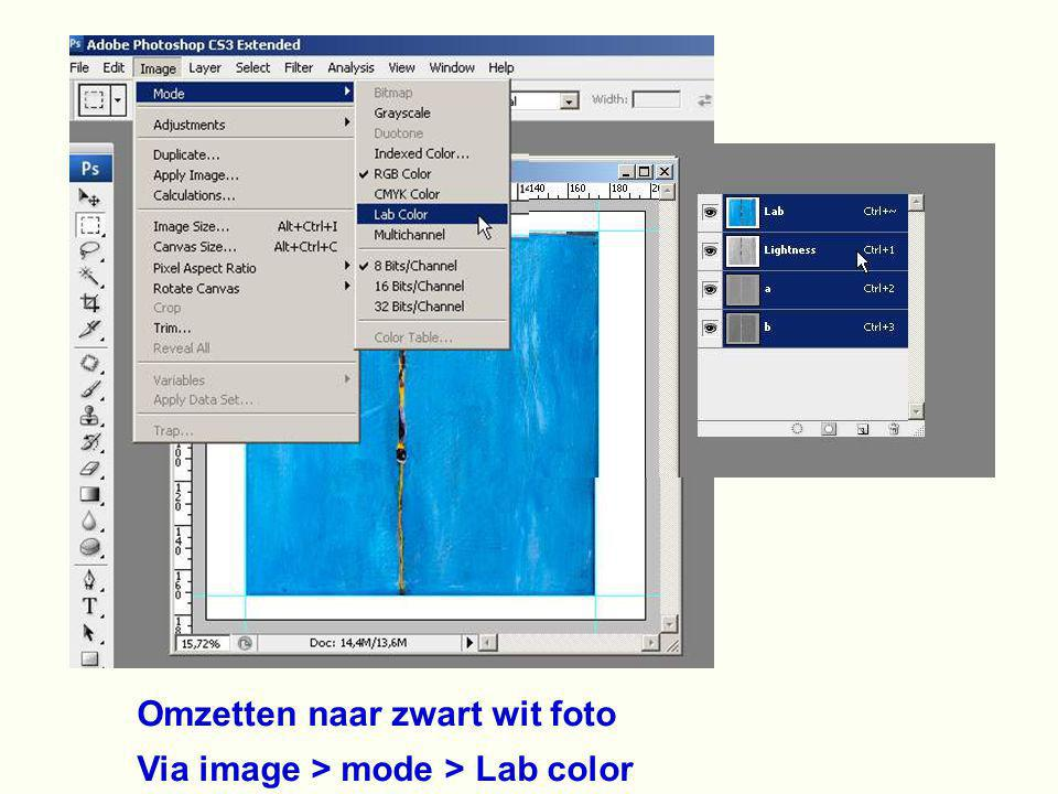 Omzetten naar zwart wit foto Via image > mode > Lab color