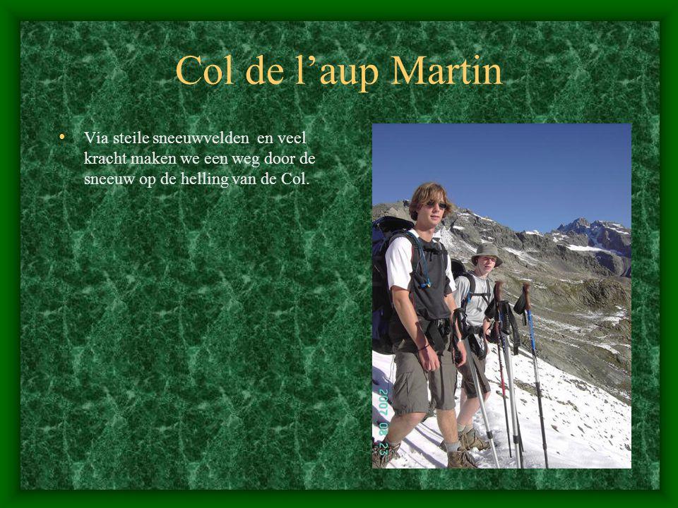 Col de l'aup Martin Via steile sneeuwvelden en veel kracht maken we een weg door de sneeuw op de helling van de Col.
