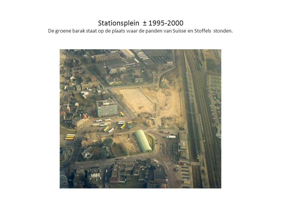 Stationsplein ± 1995-2000 De groene barak staat op de plaats waar de panden van Suisse en Stoffels stonden.