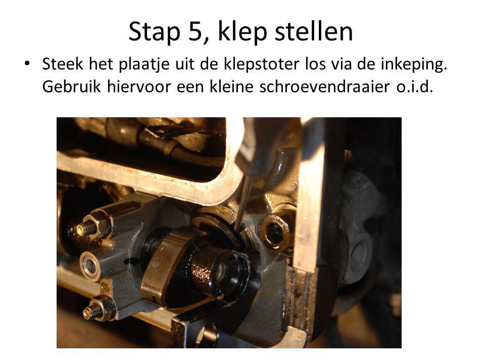 Stap 5, klep stellen Steek het plaatje uit de klepstoter los via de inkeping.