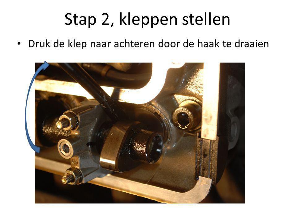 Stap 2, kleppen stellen Druk de klep naar achteren door de haak te draaien