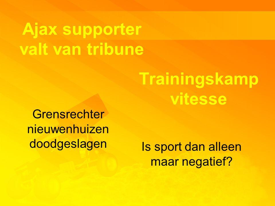 Ajax supporter valt van tribune