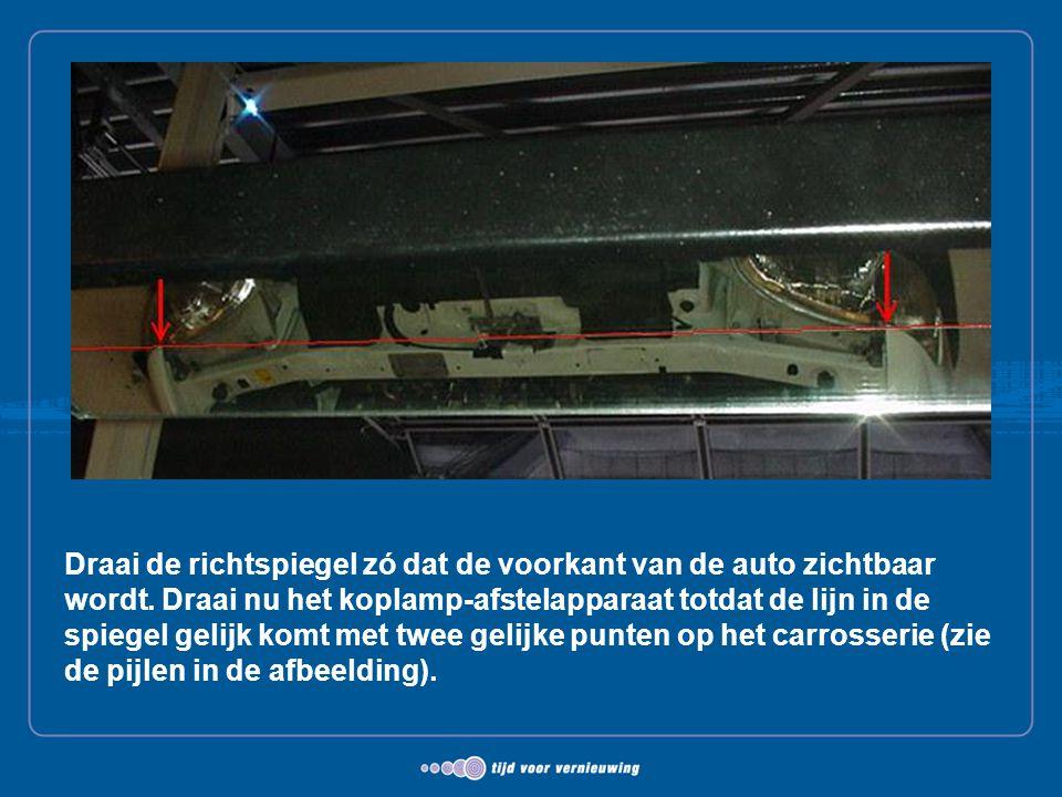 Draai de richtspiegel zó dat de voorkant van de auto zichtbaar wordt