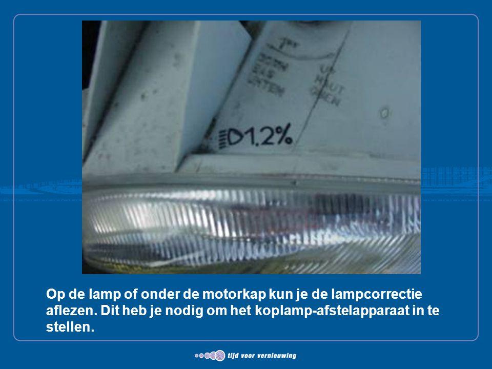 Op de lamp of onder de motorkap kun je de lampcorrectie aflezen