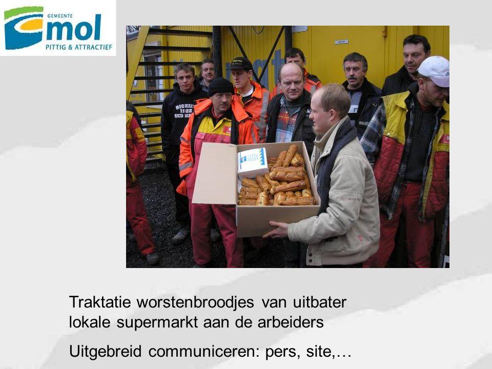 Traktatie worstenbroodjes van uitbater lokale supermarkt aan de arbeiders