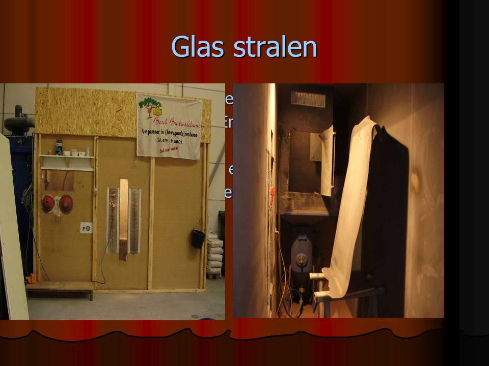 Glas stralen Je plakt het glas eerst af met folie.