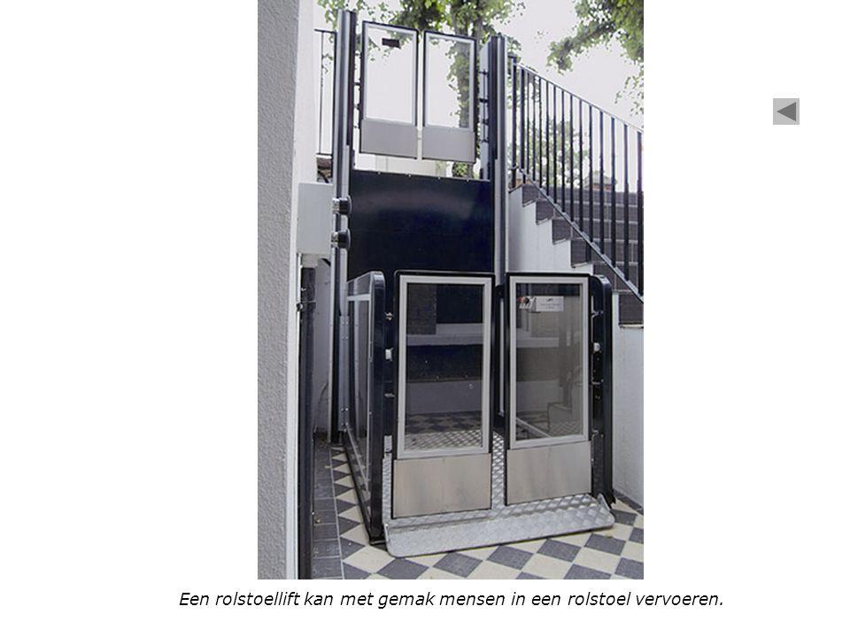 Een rolstoellift kan met gemak mensen in een rolstoel vervoeren.