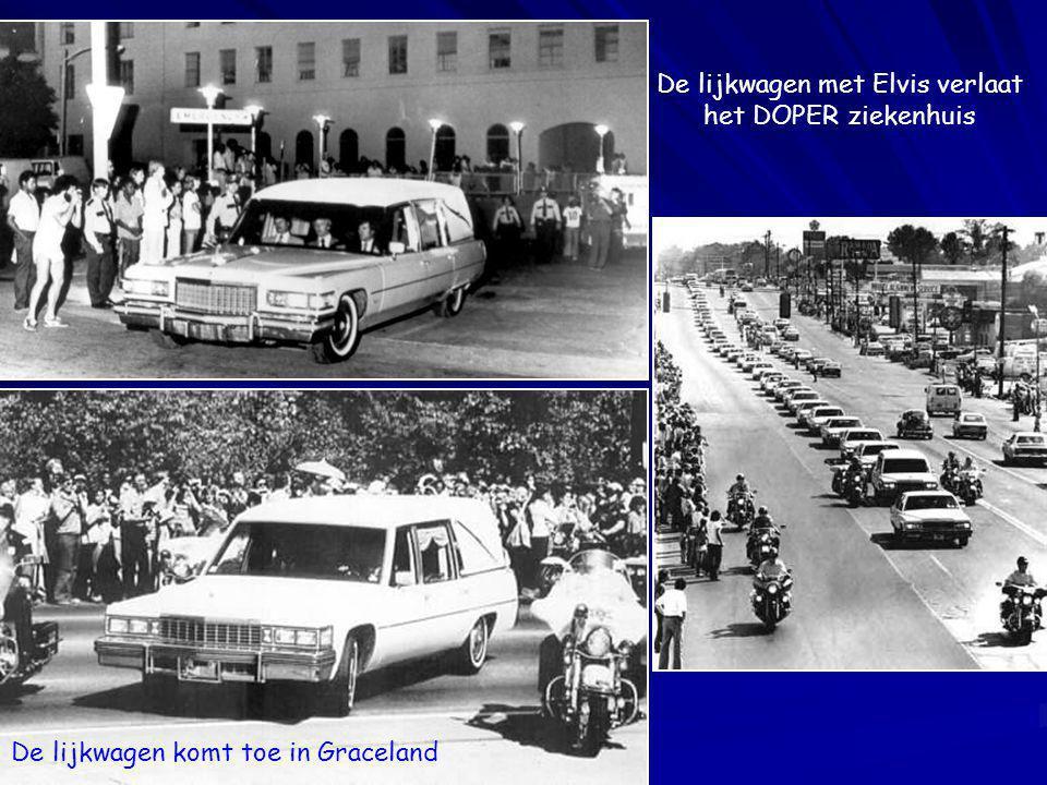 De lijkwagen met Elvis verlaat het DOPER ziekenhuis