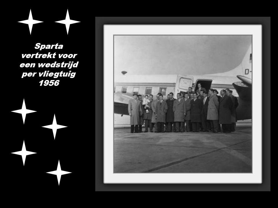 Sparta vertrekt voor een wedstrijd per vliegtuig 1956