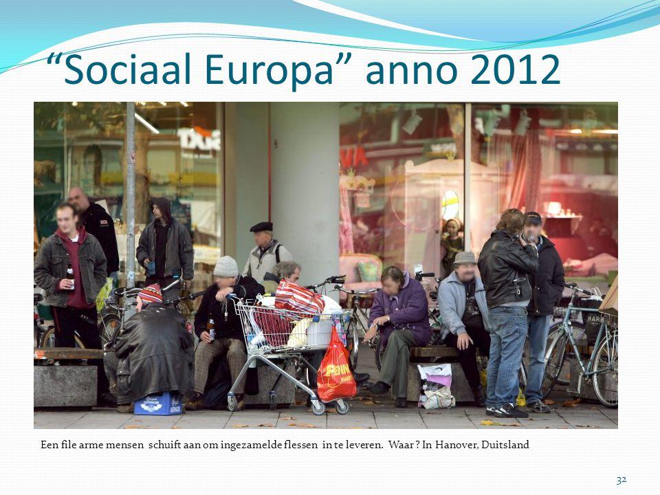 Sociaal Europa anno 2012 Een file arme mensen schuift aan om ingezamelde flessen in te leveren.