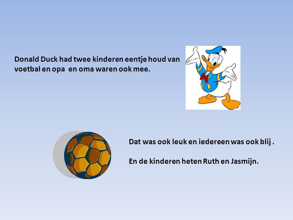 Donald Duck had twee kinderen eentje houd van voetbal en opa en oma waren ook mee.