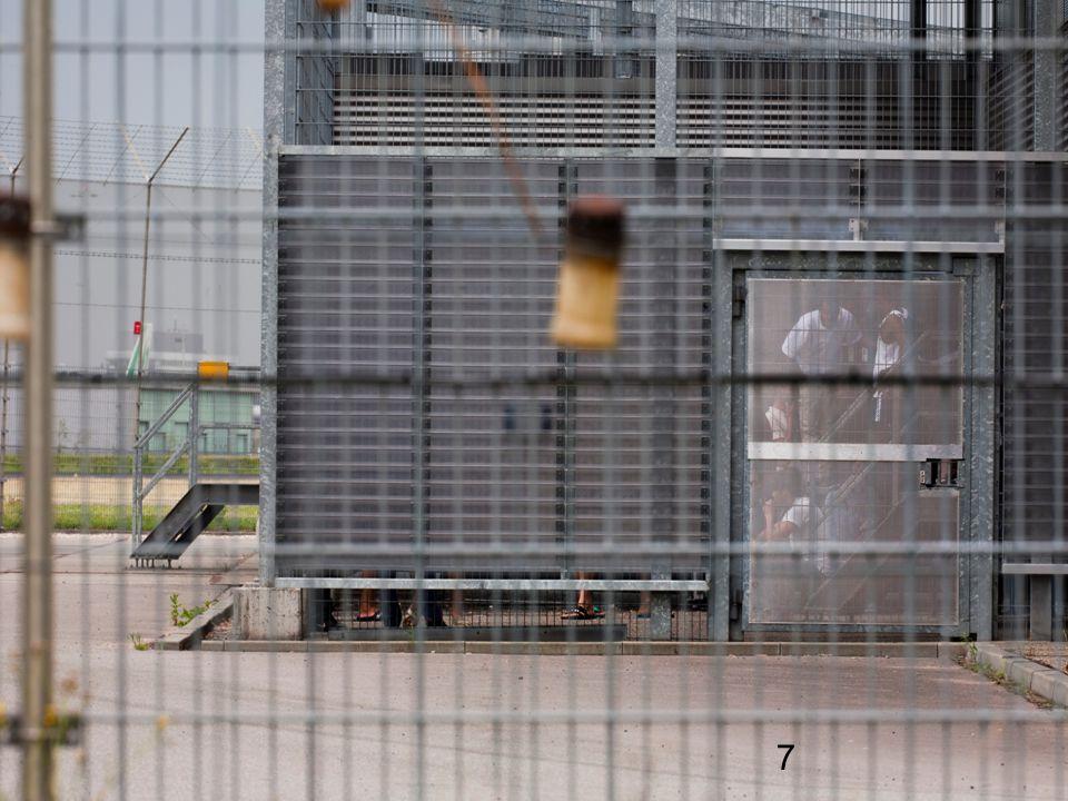 In de afgelopen decennia is de situatie voor ongedocumenteerde migranten of uitgeprocedeerde asielzoekers in Nederland steeds strenger geworden. Elkaar opvolgende wetgeving heeft ervoor gezorgd dat ze worden uitgesloten van alle sociale voorzieningen en steeds vaker in vreemdelingendetentie terecht komen.