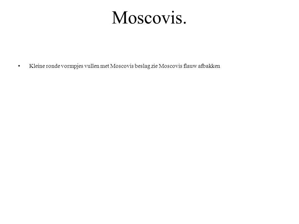Moscovis. Kleine ronde vormpjes vullen met Moscovis beslag zie Moscovis flauw afbakken