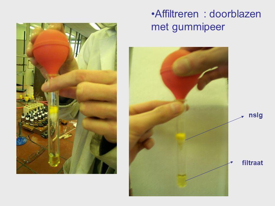 Affiltreren : doorblazen met gummipeer