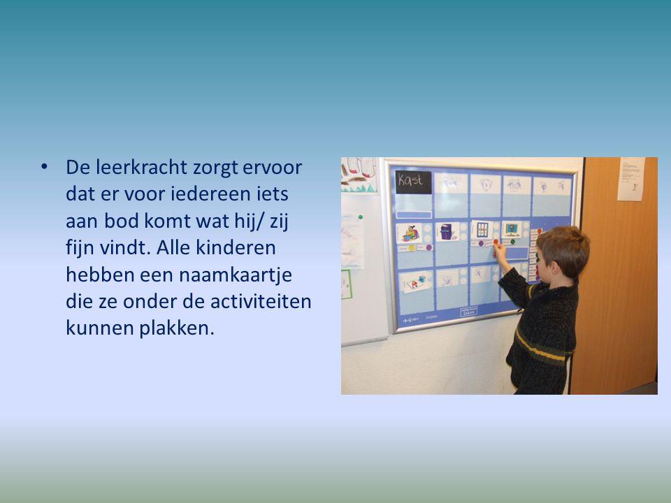 De leerkracht zorgt ervoor dat er voor iedereen iets aan bod komt wat hij/ zij fijn vindt. Alle kinderen hebben een naamkaartje die ze onder de activiteiten kunnen plakken.