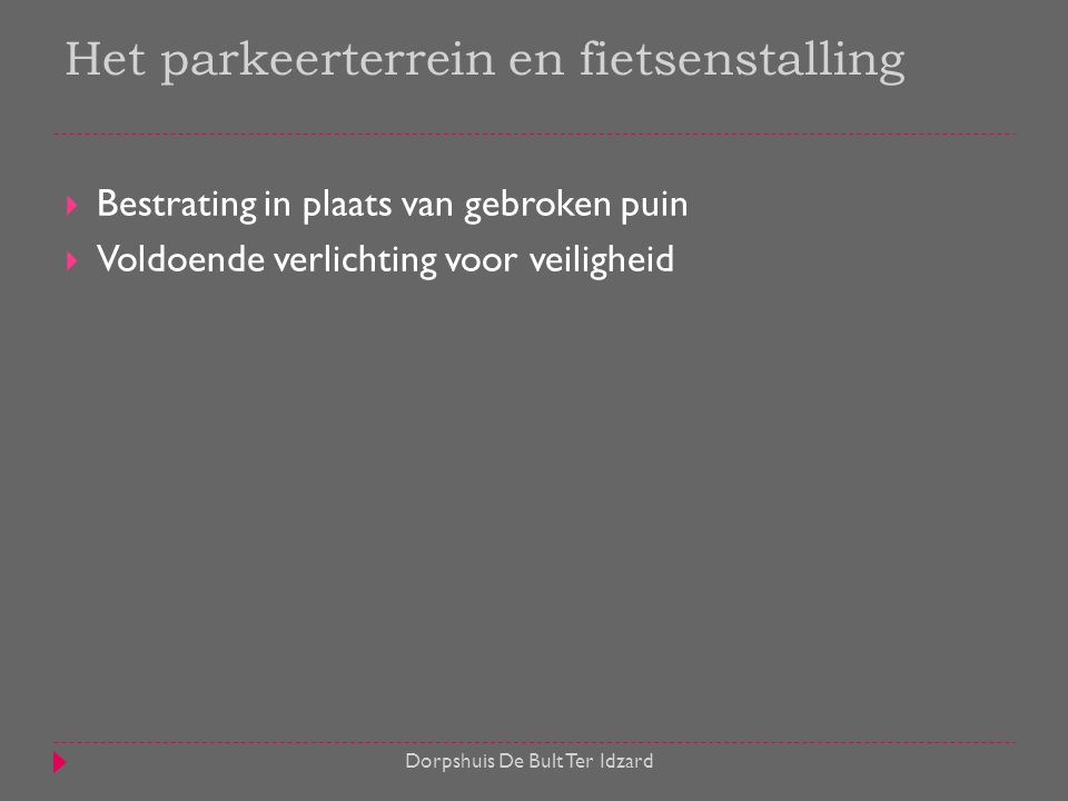 Het parkeerterrein en fietsenstalling
