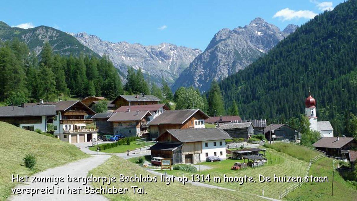 Het zonnige bergdorpje Bschlabs ligt op 1314 m hoogte. De huizen staan