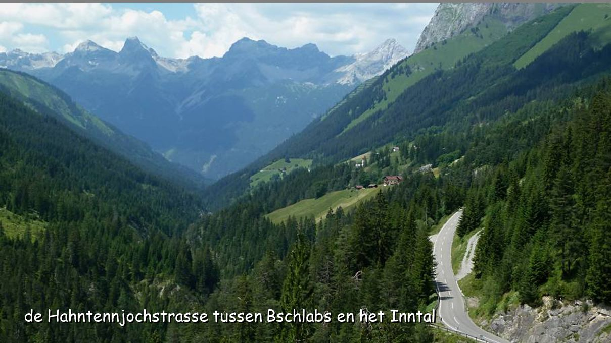de Hahntennjochstrasse tussen Bschlabs en het Inntal