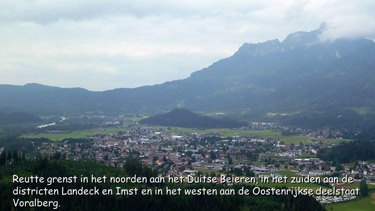 Reutte grenst in het noorden aan het Duitse Beieren, in het zuiden aan de districten Landeck en Imst en in het westen aan de Oostenrijkse deelstaat Voralberg.