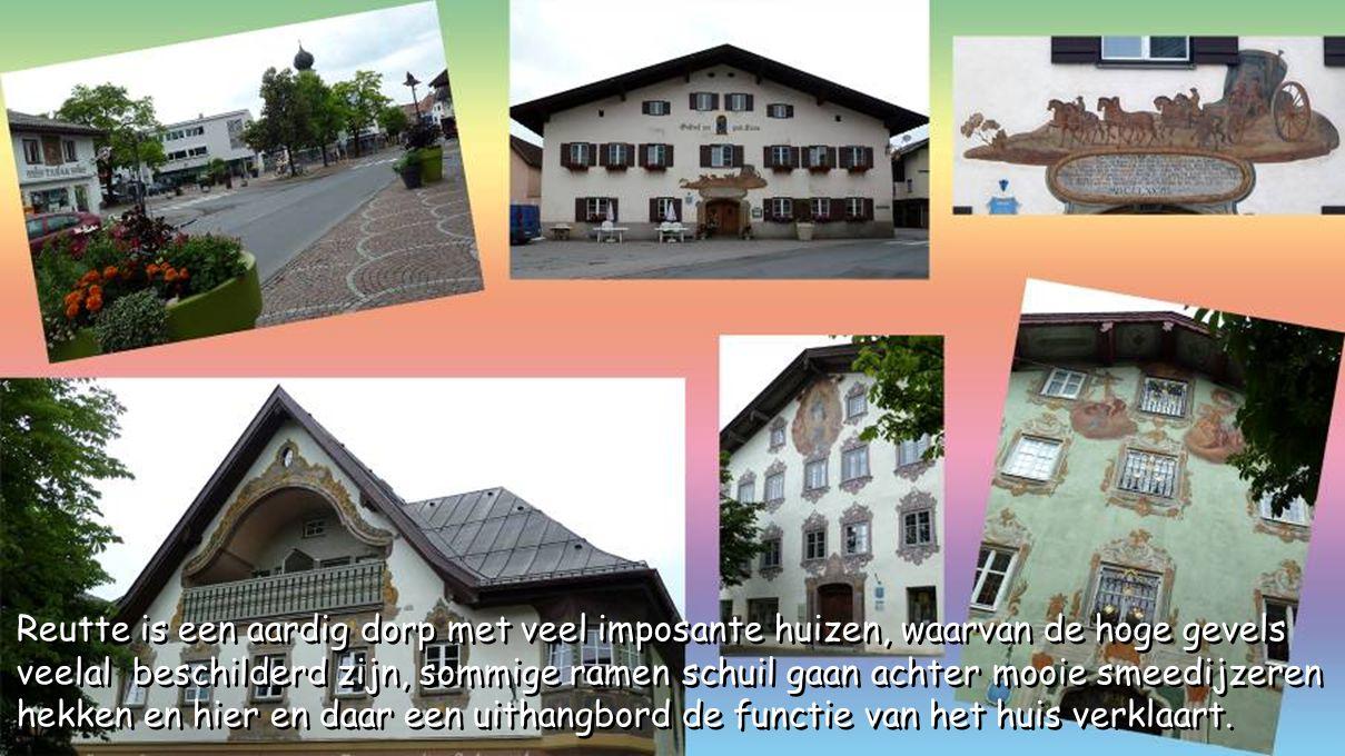 Reutte is een aardig dorp met veel imposante huizen, waarvan de hoge gevels veelal beschilderd zijn, sommige ramen schuil gaan achter mooie smeedijzeren hekken en hier en daar een uithangbord de functie van het huis verklaart.