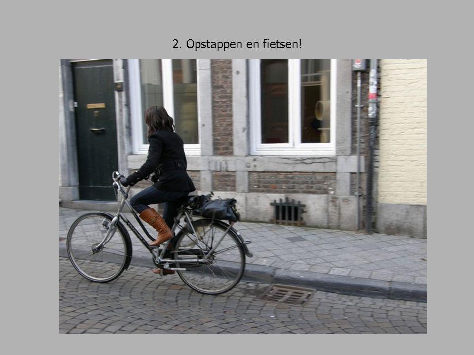 2. Opstappen en fietsen! De leerlingen fietsen de Brusselsestraat omhoog.