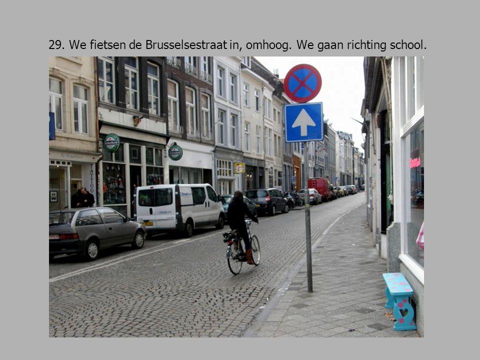 29. We fietsen de Brusselsestraat in, omhoog. We gaan richting school.