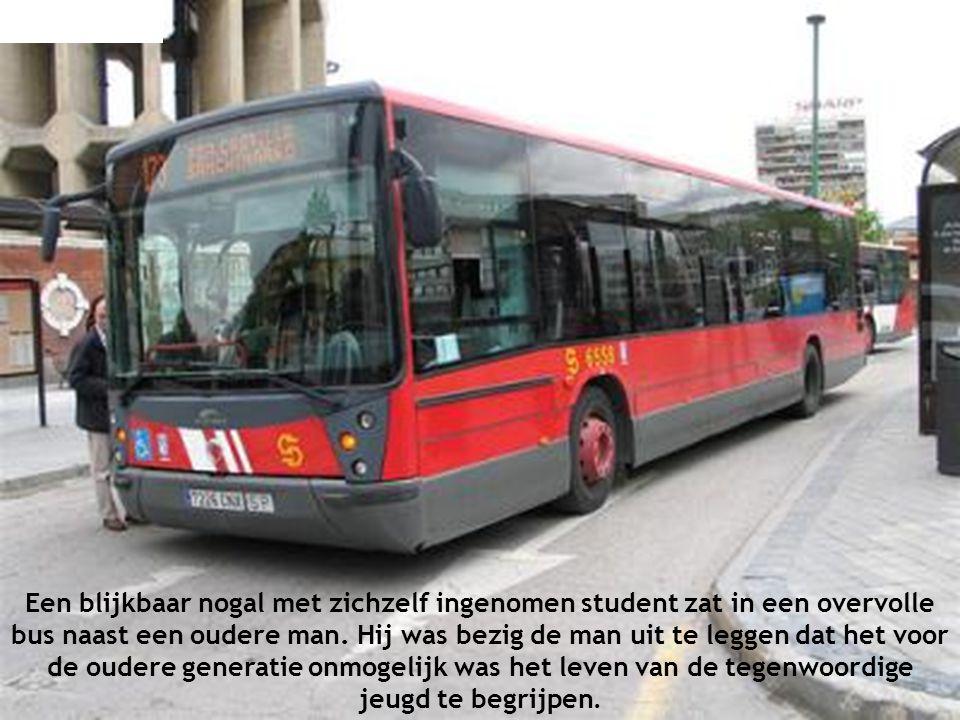 Een blijkbaar nogal met zichzelf ingenomen student zat in een overvolle bus naast een oudere man.