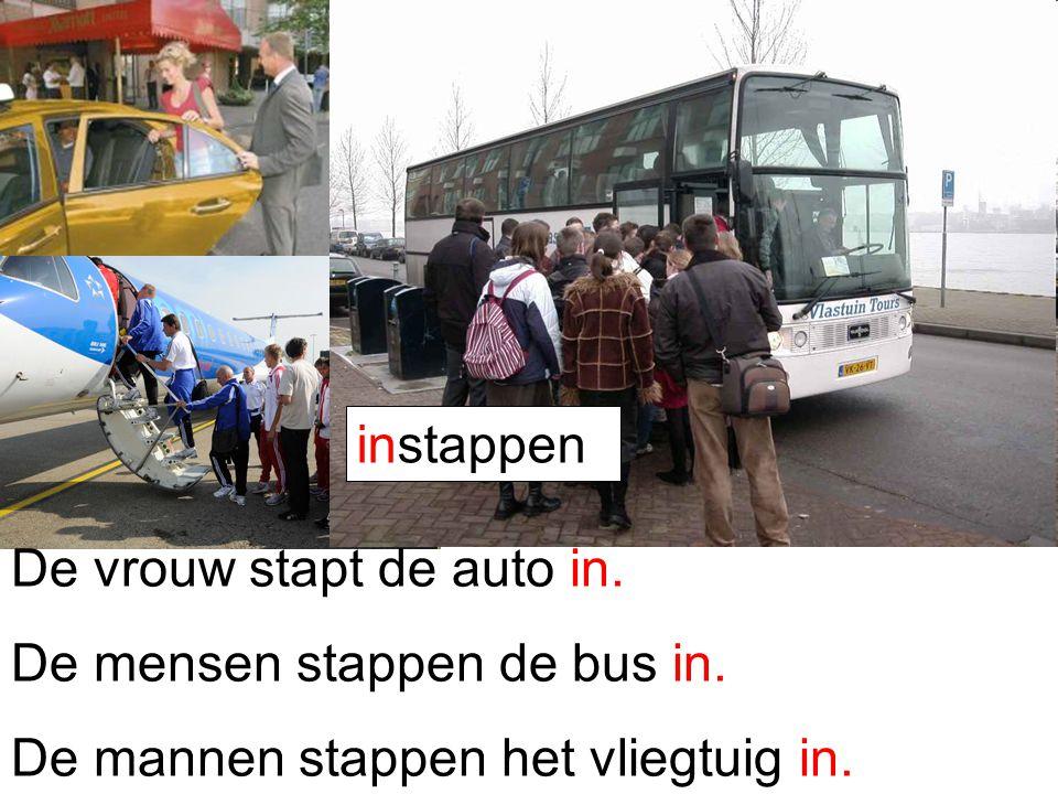 instappen De vrouw stapt de auto in. De mensen stappen de bus in.
