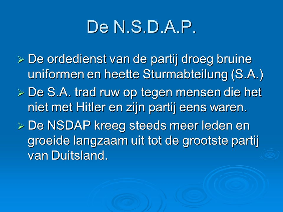 De N.S.D.A.P. De ordedienst van de partij droeg bruine uniformen en heette Sturmabteilung (S.A.)