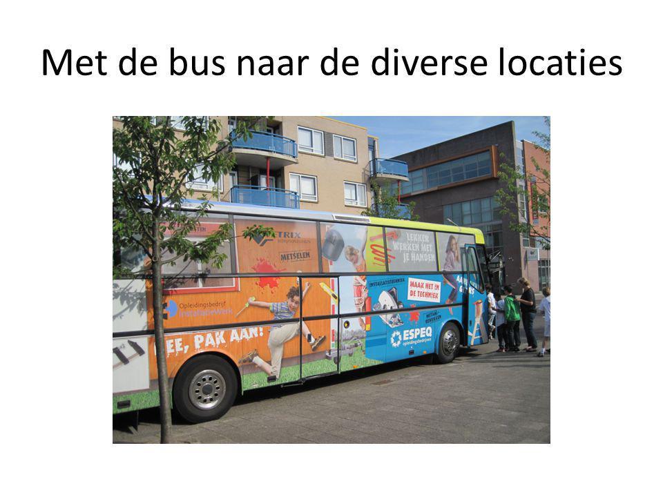 Met de bus naar de diverse locaties