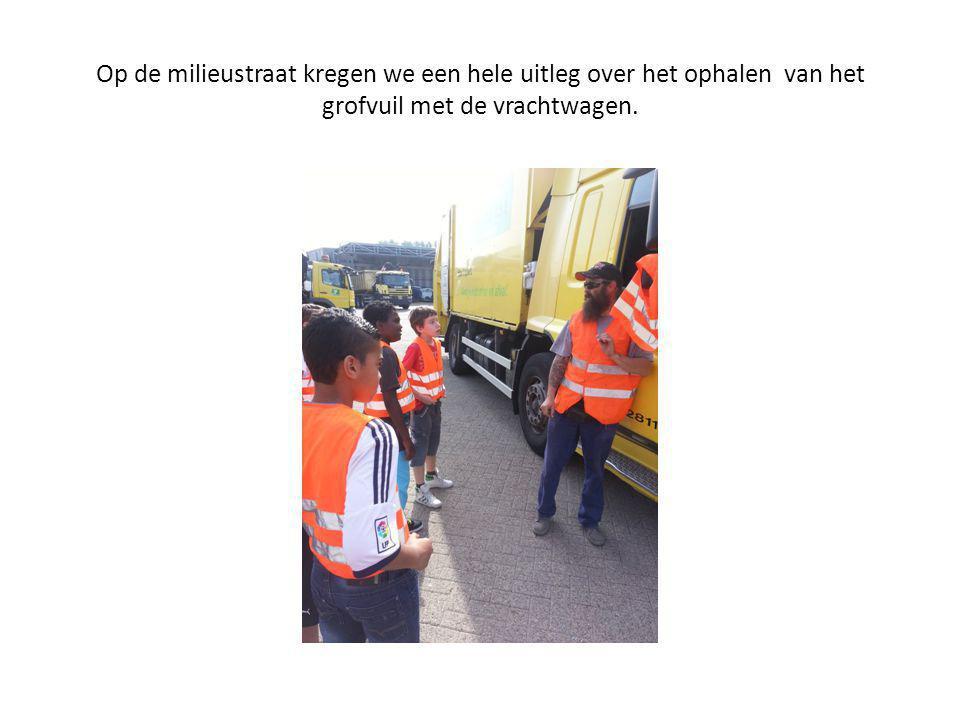 Op de milieustraat kregen we een hele uitleg over het ophalen van het grofvuil met de vrachtwagen.