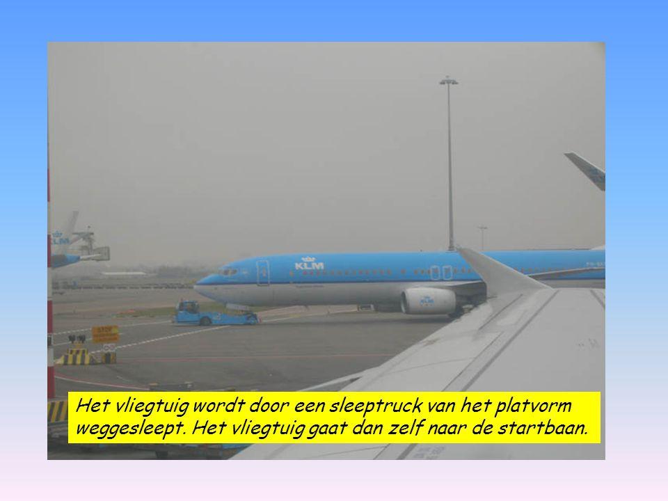 Het vliegtuig wordt door een sleeptruck van het platvorm weggesleept