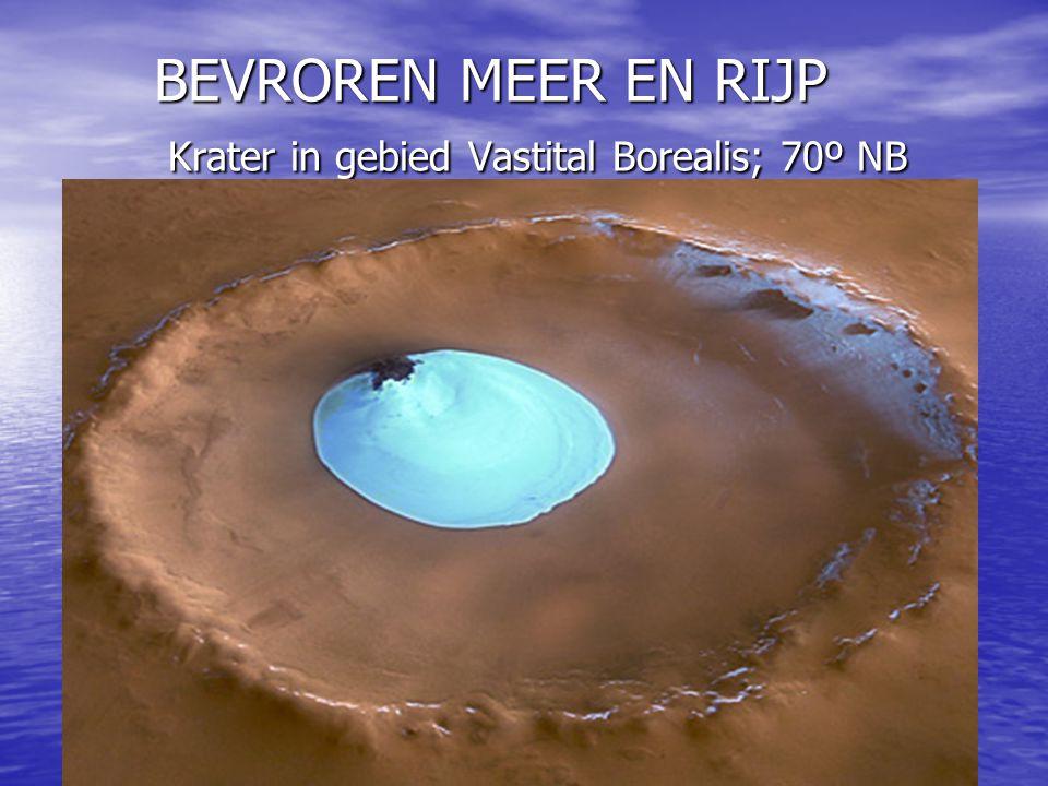 BEVROREN MEER EN RIJP Krater in gebied Vastital Borealis; 70º NB