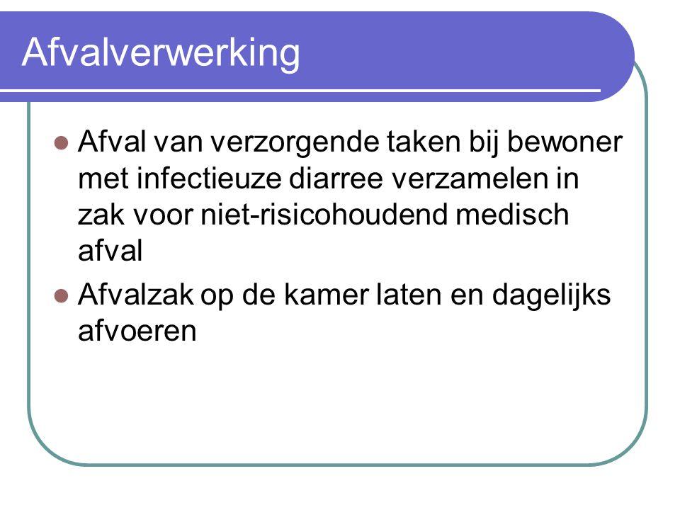 Afvalverwerking Afval van verzorgende taken bij bewoner met infectieuze diarree verzamelen in zak voor niet-risicohoudend medisch afval.