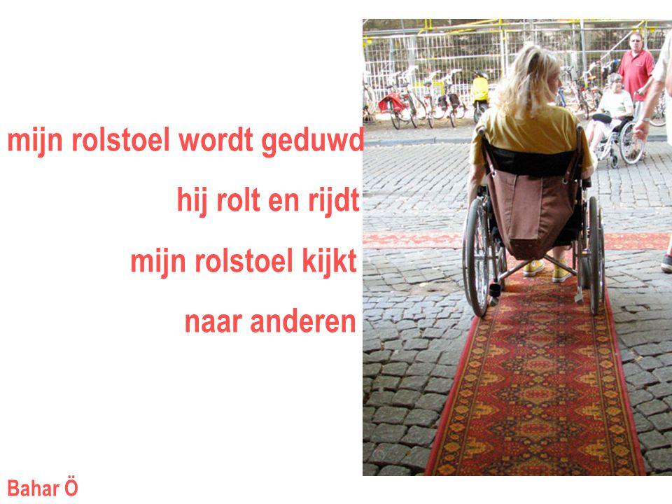 mijn rolstoel wordt geduwd hij rolt en rijdt mijn rolstoel kijkt