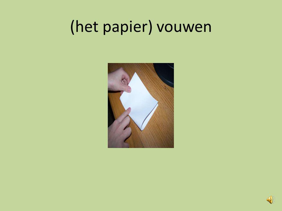 (het papier) vouwen